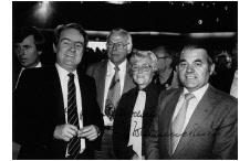 Freude pur. NRW-Ministerpräsident Johannes Rau gratuliert Theo Frisch, Christa Otterpohl und Heinz Becker zu Landes-Gold. Später signierte Rau dieses Zeitdokument.